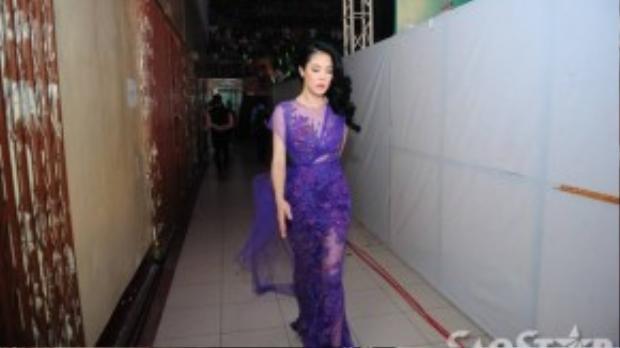 HLV Thu Phương xuất hiện quyến rũ trong bộ váy ren ôm sát cơ thể.