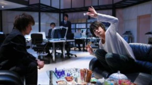 Người hâm mộ kỳ vọng Fujiwara Tatsuya (trái) và Matsuyama Kenichi (phải) sẽ tái xuất trong Death Note 2016 dù chỉ là cameo.