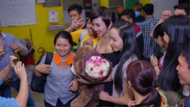 Tuy nhiên, có khá đông các bạn trẻ bao vây Tóc Tiên để xin chụp ảnh kỷ niệm.