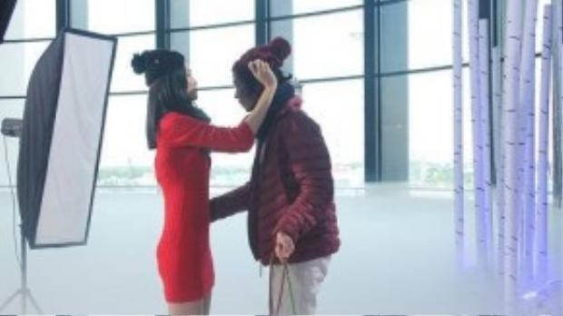 Kha Mỹ Vân giúp đỡ thí sinh chỉnh sửa lại trang phục.