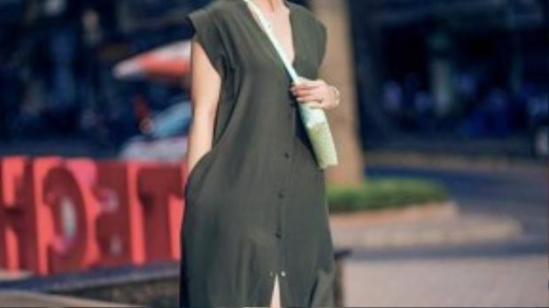 Jenifer Phạm xinh nhẹ nhàng cùng váy sơ mi với chất liệu lụa mềm mại. Đôi sandal bệt giúp bộ trang phục càng trở nên thoải mái và phóng khoáng.