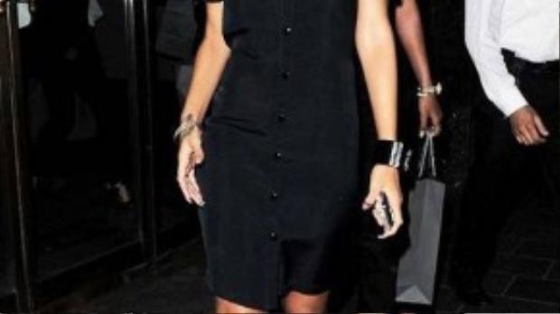 Các sao Hollywood cũng ưa chuộng kiểu váy thoải mái này. Rihanna diện shirtdress chỉ với hai gam màu đen - trắng cơ bản. Bộ trang phục trở nên cá tính khi được mix cùng sneaker và mắt kính đen.