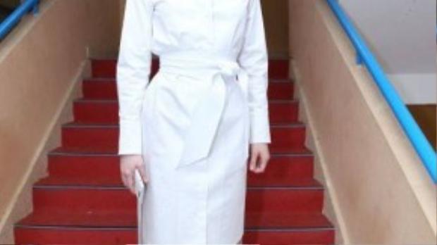 Hồ Ngọc Hà kín đáo với chiếc váy sơ mi all white cùng thắt lưng to bản cùng màu, khác hẳn với những hình ảnh sexy gợi cảm thường ngày.
