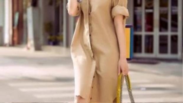 Cô nàng còn khéo léo mix cùng khăn lụa và túi xách mini, giúp bộ trang phục trở nên thời thượng.