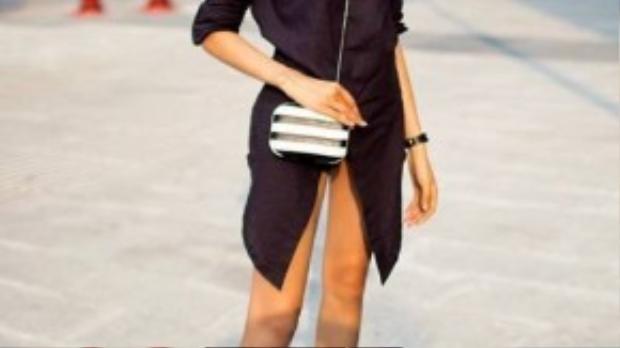 Cùng kiểu dáng váy sơ mi đơn giản như Minh Hằng nhưng chiều cao ấn tượng cùng đôi chân dài đã giúp cho Hoàng Thùy diện shirtdress nổi bật hơn hẳn.