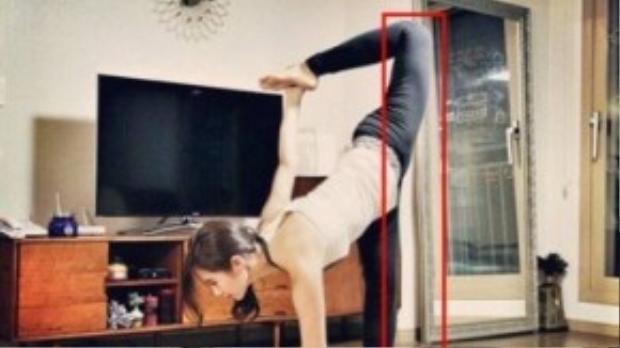 Yuri (SNSD) khoe ảnh khi tập yoga nhưng cư dân mạng lại chú ý đến cánh cửa bị bẻ cong phia sau cô.