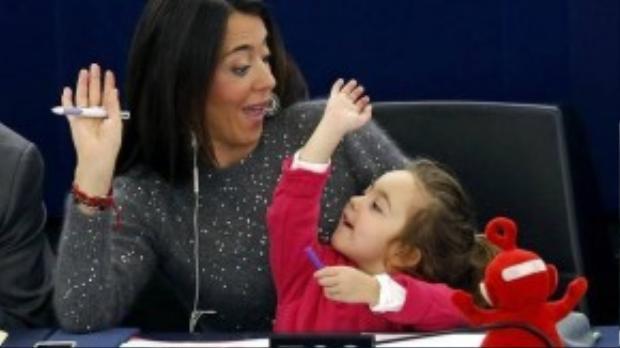 Vittoria không hề ngại ngùng trước phòng họp chứa hơn 766 nghị sĩ đến từ 28 nước thuộc khối Liên minh Châu Âu EU. Em cùng chú thú cưng luôn sẵn sàng góp sức ủng hộ mẹ trong các phiên họp nghị viện.