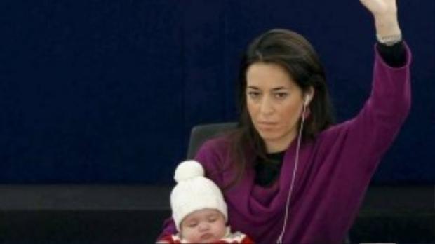 Vittoria bé bỏng nằm mơ màng ngủ trong vòng tay mẹ lúc 4 tháng tuổi.