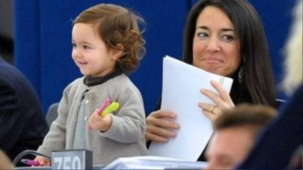 Năm 2 tuổi, bé chỉ cần cần bút màu và giấy vẽ mà thôi.