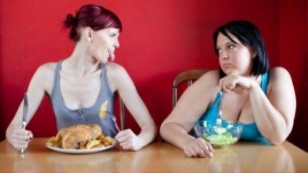 Có một số người sở hữu thân hình thon gọn lấy đó làm cớ để chế giễu những người thừa cân. (Ảnh: Internet)
