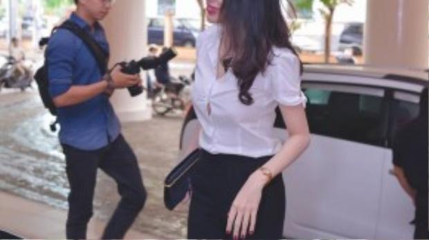 Thủy Tiên có mặt tại buổi họp báo với bộ trang phục kín đáo và có phần nghiêm túc.