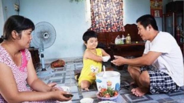 Em luôn giành phần xới cơm cho cha mẹ khi ở nhà.
