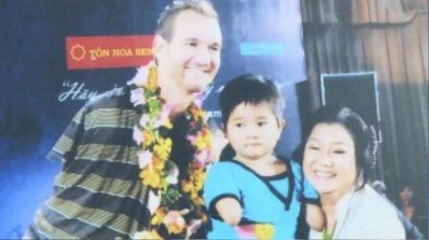 Chụp hình lưu niệm cùng Nick Vujicic khi anh đến Việt Nam