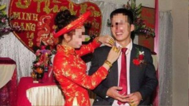 Chú rể tươi cười bên cô dâu trong ngày trọng đại