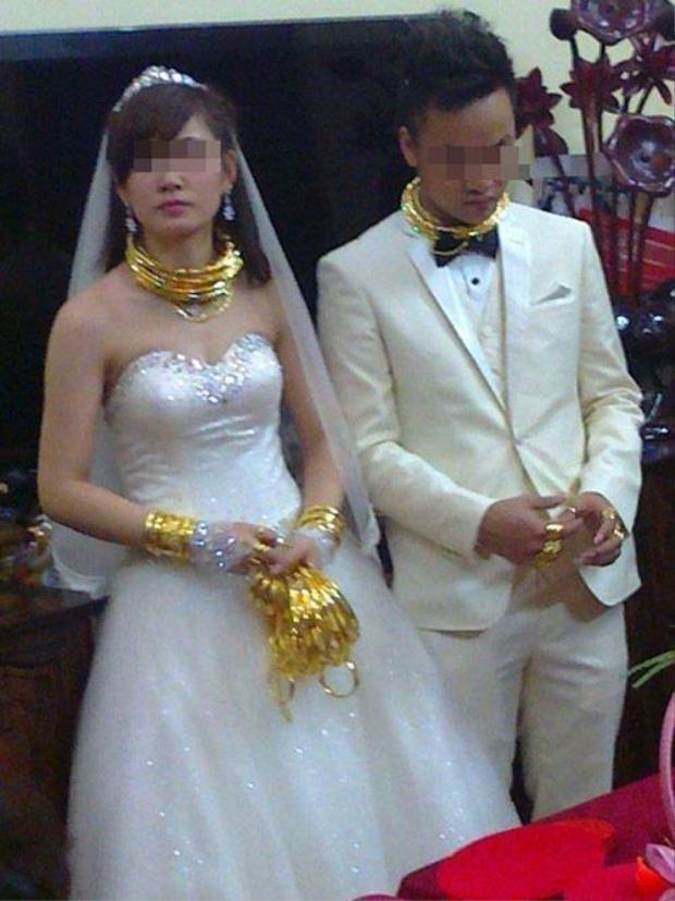 Cặp đôi cô dâu chú rể như tiệm vàng di động trong ngày cưới