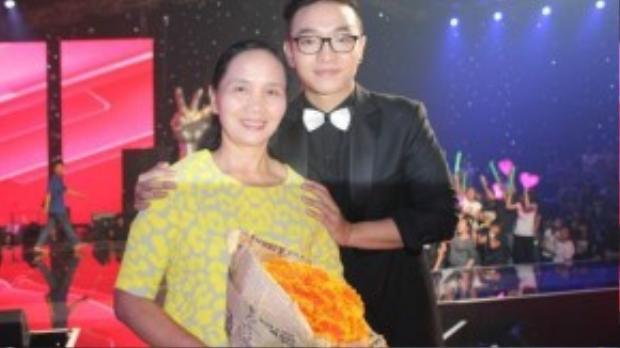 Dù bận công việc ở Hà Nội, nhưng mẹ Hoàng Dũng vẫn dành thời gian đến để xem con trai trình diễn trong đêm chung kết.