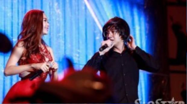 Chàng ca sĩ điển trai ngẫu hứng đội tóc giả trong màn kết hợp với Minh Hằng ở vở nhạc kịch Một vòng trái đất.