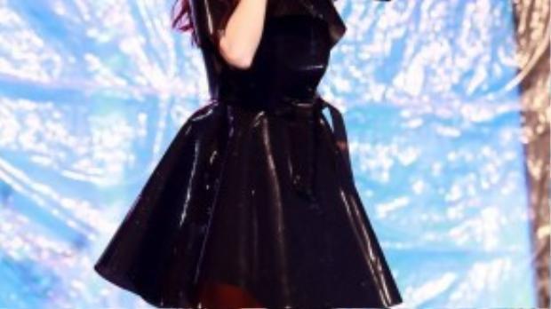 Ở phần cuối chương trình, Minh Hằng gửi đến người hâm mộ các bài hát trong single mới phát hành: Yolo, Busy, I Have To Go với phong cách trình diễn trẻ trung, sôi động theo đúng tinh thần Yolo - Bạn chỉ sống một lần. Cô ghi điểm với bộ trang phục màu đen bắt mắt.
