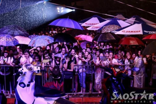Minh Hằng biểu diễn dưới mưa hàng giờ cho các sinh viên