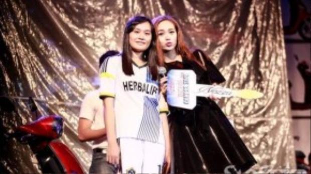 Trước khi ra về, Minh Hằng hào hứng bốc thăm và trao giải thưởng từ nhà tài trợ cho một nữ khán giả may mắn nhất đêm nhạc.