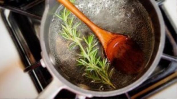 """Không chỉ dùng để nấu ăn rất tốt cho sức khỏe, hương thảo """"đun sôi"""" cũng có tác dụng chống muỗi hiệu quả cho cả gia đình."""
