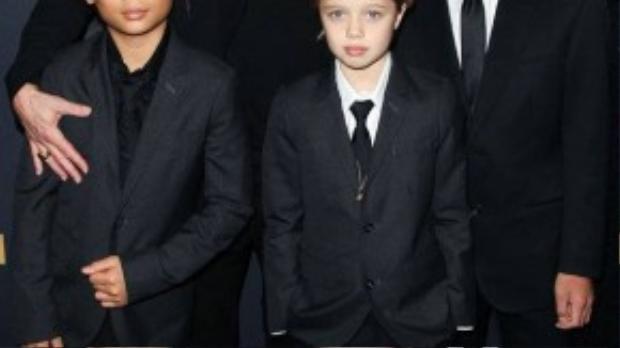 Shiloh mặc suit bên bố cùng 2 anh trai Maddox và Pax Thien, trong đó cô bé thân thiết với Pax hơn cả (trái).