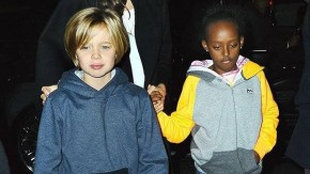 Angelina bên 2 cô con gái Shiloh và Zahara.