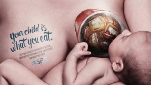 Hình ảnh cốc soda được sơn lên ngực.