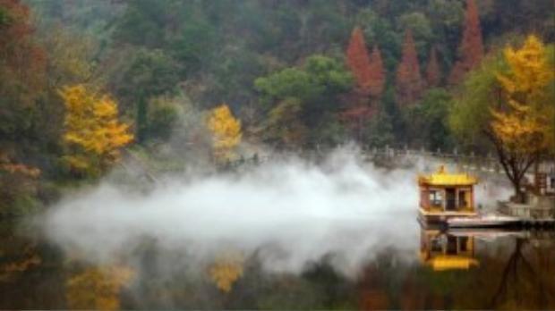 Ngọn núi chính của quần thể du lịch này là Hải Bạt - cao 1.612m, chu vi hơn 800 dặm. Đây là khu phong cảnh rất nổi tiếng, được coi là đất thánh của võ thuật Đạo giáo.
