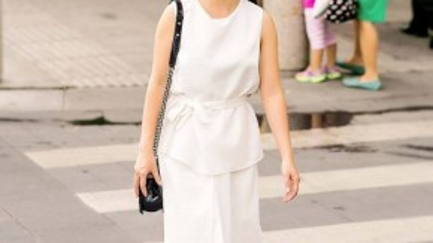 Màu trắng tinh khôi còn giúp quý cô trẻ trung hơn độ tuổi của mình.