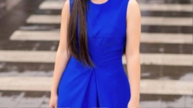 Chiếc váy xanh colbat với độ ôm vừa phải làm nổi bật những đường cong cơ thể cân đối cùng làn da trắng đầy quyến rũ.
