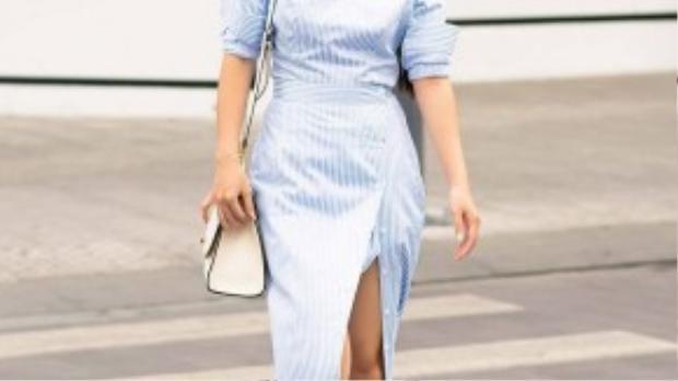 Đầm xẻ tà giúp phát huy lợi thế đôi chân dài của cô.