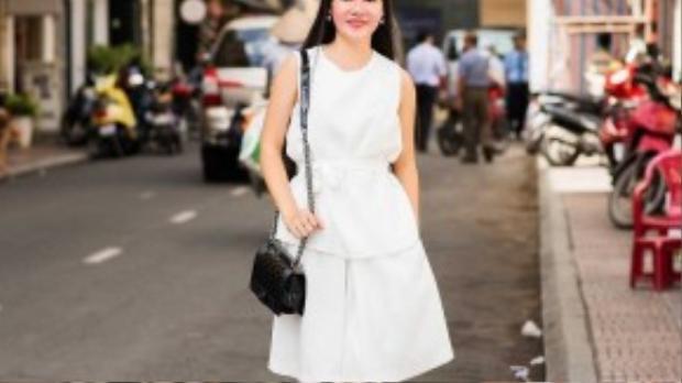 Việc sở hữu những trang phục cổ điển với những gam màu cơ bản trắng - đen sẽ giúp cô tiết kiệm được kha khá thời gian mix trang phục.