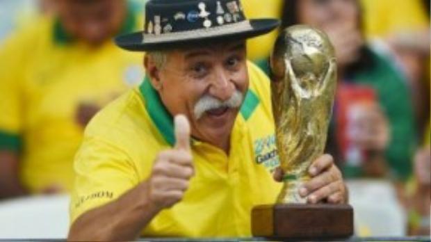 Từ nay, CĐV bóng đá sẽ không còn được nhìn thấy nụ cười này của ông Clovis Acosta Fernandes.