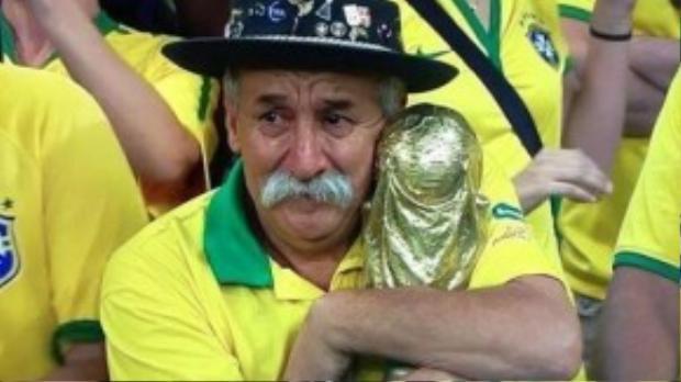Với fan bóng đá, hình ảnh ôm chặt chiếc cúp, đôi mắt buồn rượi sau trận bán kết World Cup 2014 của ông mãi in đậm sâu trong tâm trí mỗi người.