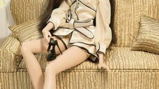 Cô gái miền Nam đầy cá tính Nguyễn Huỳnh Lê Vyđang lựa chọn giày cho trang phục dạ hội của mình. Đây là đôi giày cao gót nhất trong tất cả các thí sinh.