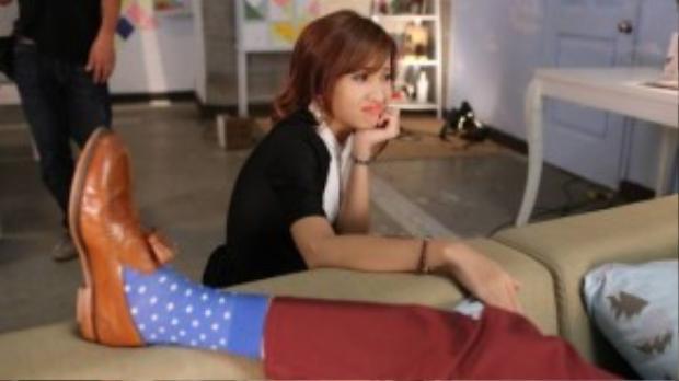 Trên phim trường, đôi bạn Kim Nhã và Jun Vũ có khá nhiều cảnh quay thú vị, điển hình như màn cầm chảo…ngắm trai đẹp Bê Trần nằm ngủ.