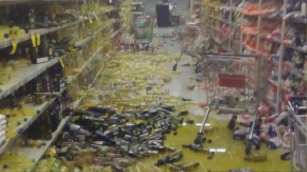 Đồ đạc tại siêu thị ở thành phố La Serena thuộc vùng Coquimbo, Chile rơi vỡ trên sàn. Trận động đất 8,3 độ Richter gây ra sóng cao gần 5 m tràn vào bờ biển Chile khoảng gần 8h ngày 17/9 (giờ Hà Nội), khiến hàng nghìn người dân phải sơ tán.