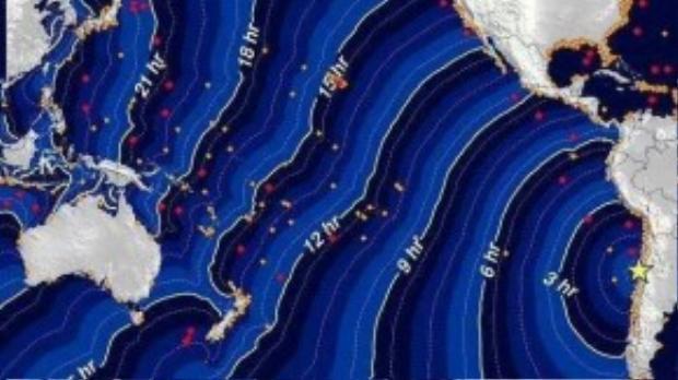 Bản đồ mô phỏng cảnh sóng thần xảy ra trong những giờ tới ở Chile. Giám đốc Văn phòng Khẩn cấp Quốc gia cho biết nhiều đợt sóng lớn đánh vào các khu vực trong nước. Ông yêu cầu người dân tiếp tục sơ tán đến những nơi cao hơn 30 m so với mực nước biển.