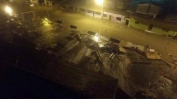 Tình trạng ngập lụt xảy ra ở nhiều nơi. Cơ quan khảo sát địa chất Mỹ (USGS) cho biết, ít nhất 10 đợt dư chấn đã xảy ra ở gần bờ biển Chile sau trận động đất 8,3 độ Richter đầu tiên. Trong đó, 5 cơn dư chấn mạnh trên 6.0 độ Richter.