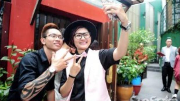 """Vicky Nhung thì nói chuyện với các thí sinh khác và """"tự sướng"""" cùng Đăng Quang."""
