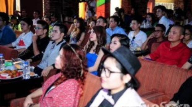 Tại khu vực bên trong sự kiện, Tố Ny và Vicky Nhung đều không quan tâm đến người còn lại.