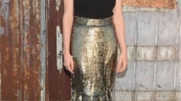 Amanda Seyfried khiến trang phục màu đen không trở nên nhàm chán khi mix tank top cùng chân váy đuôi cá sequin nổi bật. Cô nàng cũng chọn phong cách trang điểm tông nude để ăn ý với màu sắc của bộ trang phục.
