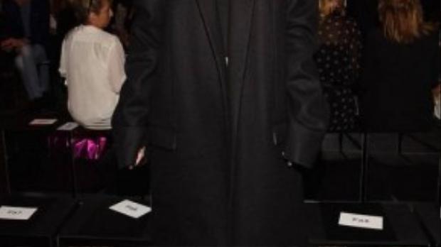 Gam màu đen được các sao ngoại khá ưu tại các sự kiện thời trang. Em gái của Kendall, Kylie Jenner đến tham dự show của Vera Wang trong bộ suit đen oversized huyền bí.