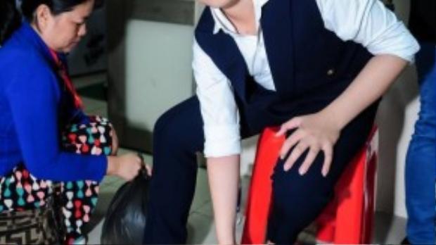 Trong hậu trường, Trương Thế Thanh đang chuẩn bị trang phục biểu diễn.