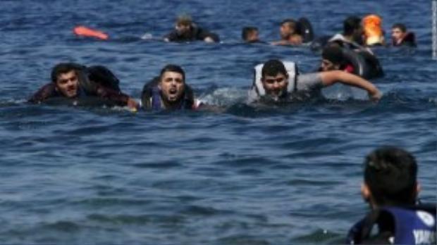 Đoàn dân tị nạn từ Syria và Afghanistan vất vả bơi tới đảo Lesbos, Hi Lạp sau khi thuyền cao su chở họ bị lật lúc chỉ mới cách bờ khoảng 100m. Ảnh chụp vào ngày 13/09, hiện tại cuộc khủng hoảng tị nạn vẫn chưa có dấu hiệu dịu đi.