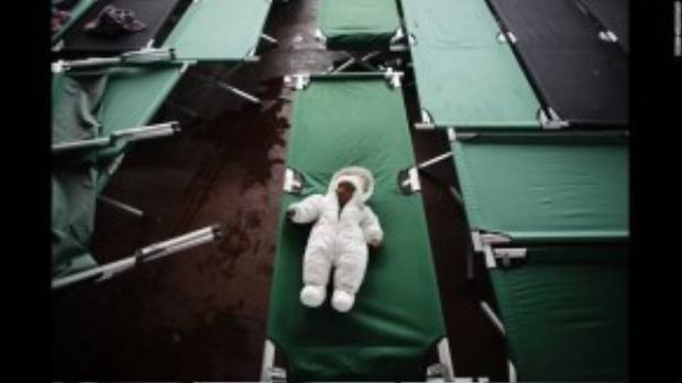 Đứa bé 3 tháng tuổi người Afghanistan say ngủ trong trung tâm đăng ký người tị nạn tại Passau, Đức. Ảnh chụp ngày 15/09.