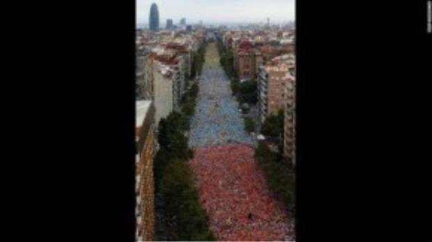 """Đường phố Barcelona, Tây Ban Nha tràn ngập người dân đứng kêu gọi quyền tự chủ cho khu vực Catalonia ngày 11/09. Ước tính có khoảng 2 triệu người dân tham gia cuộc biểu tình đòi ly khai khỏi Tây Ban Nha. Công cuộc đòi tự trị này của cộng đồng Catalonia đã bắt đầu từ năm 2010. Khu vực này được cho là vùng giàu có nhất của quốc gia, tuy nhiên việc phải cùng gánh vác hậu quả khủng hoảng nợ công của đất nước đã khiến hơn 7,5 triệu con người tại đây cảm thấy mình đang bị """"áp bức về mặt kinh tế"""" và không chấp nhận chung sống dưới danh nghĩa cư dân Tây Ban Nha nữa."""