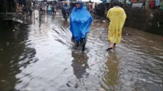 Vì con đường gần chợ, nên người dân vứt rác rất bừa bãi, khi mưa các cống nước bị rác che lấp, nước không thể thoát được, mỗi khi trời mưa nước ngập gây khó khăn cho người đi đường.