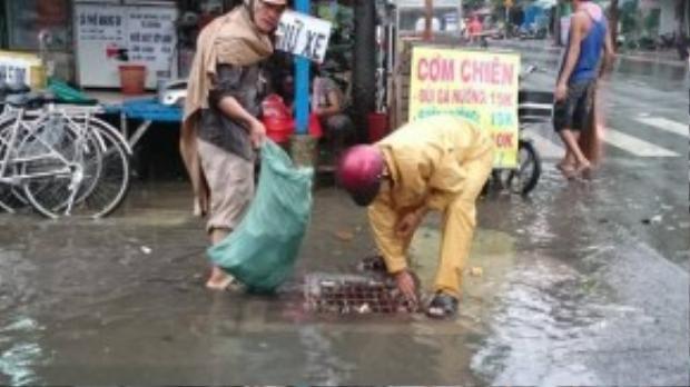 Ông Tỷ không ngại bẩn, không ngại mưa, cứ thấy rác là đến nhặt, việc làm của ông khiến những người dân quanh đây cũng đã ý thức hơn về việc giữ vệ sinh chung.